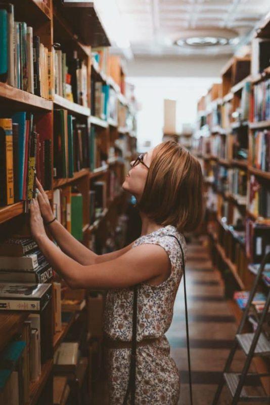 eduquer avec sagesse, recherche en bibliothèque, maman érudite, école à la maison