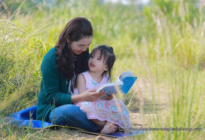 Eduquer Avec Sagesse - Apprentissage du Falun Dafa lecture d'une mère à sa fille dans la nature