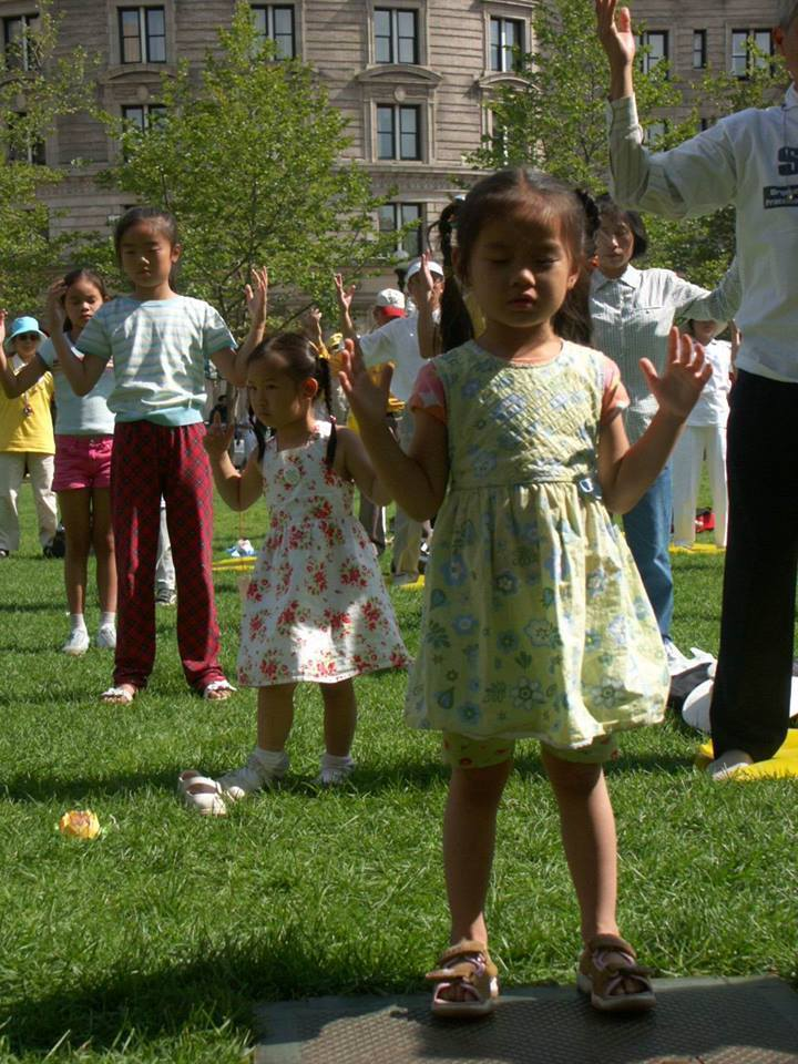 Eduquer Avec Sagesse - pratique des exercices du Falun Dafa à l'extérieur par de jeunes enfants