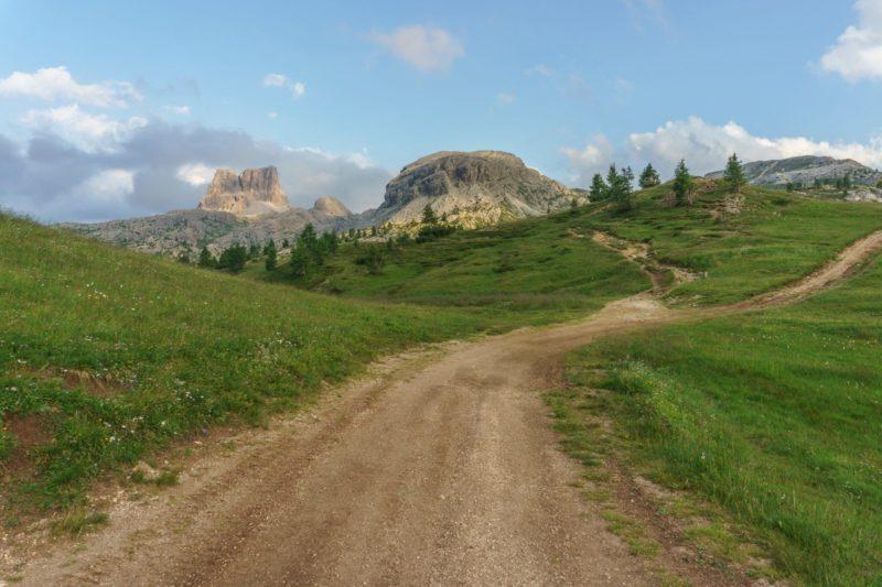 Photo by Ales Krivec on Unsplash - Eduquer Avec Sagesse - chemin menant vers montagne