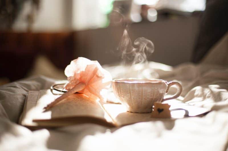 Photo by Carli Jeen on Unsplash - Eduquer Avec Sagesse tasse de café fleur lumiere matin