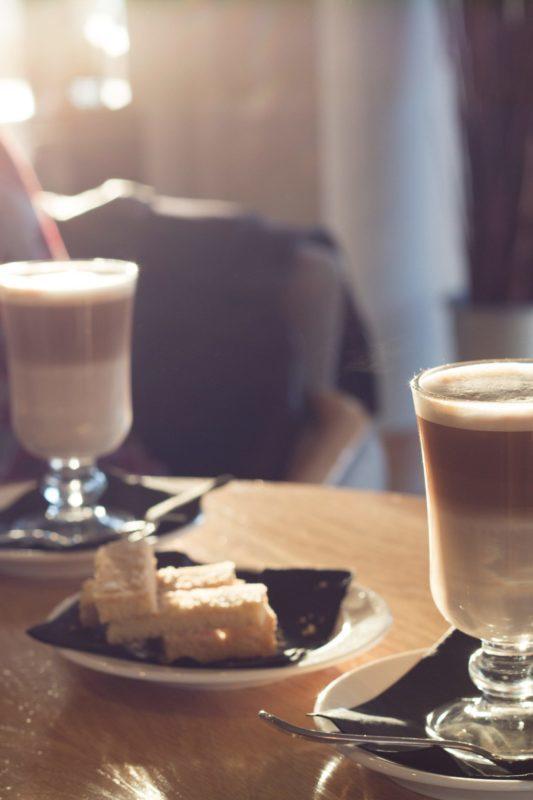 Photo by Daniel Patterson Unsplash Eduquer Avec Sagesse 2 tasses café latte coupe gateau
