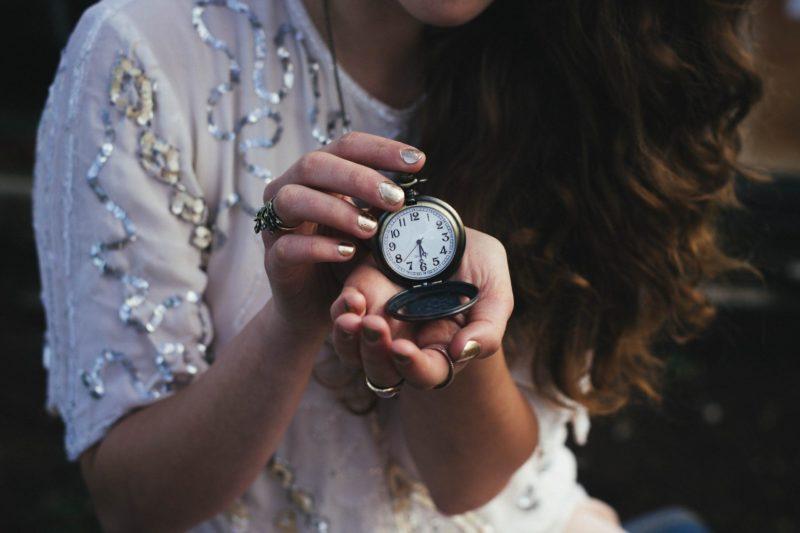 Eduquer Avec Sagesse Photo by Rachael Crowe on Unsplash Jeune femme tenant une montre
