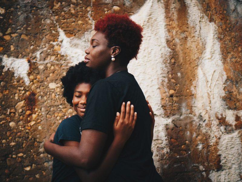 mère et son fils se tenant dans les bras - Eduquer Avec Sagesse