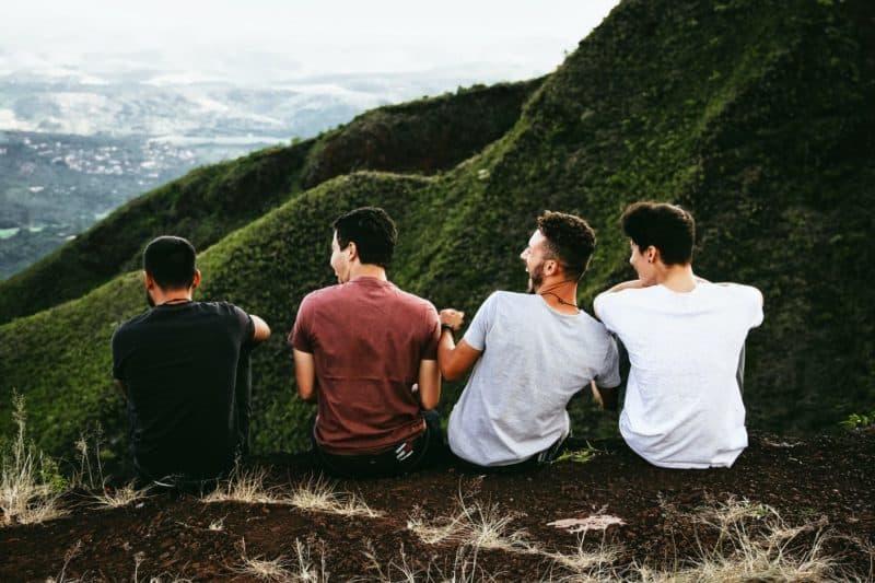4 jeunes hommes de dos  face à une montagne Eduquer Avec Sagesse photo de matheus-ferrero-sur unsplash